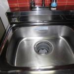 アパートキッチンシンクの磨き清掃です。